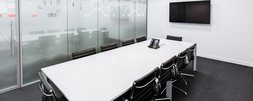 Quels sont les équipements indispensables dans une salle de réunion ?
